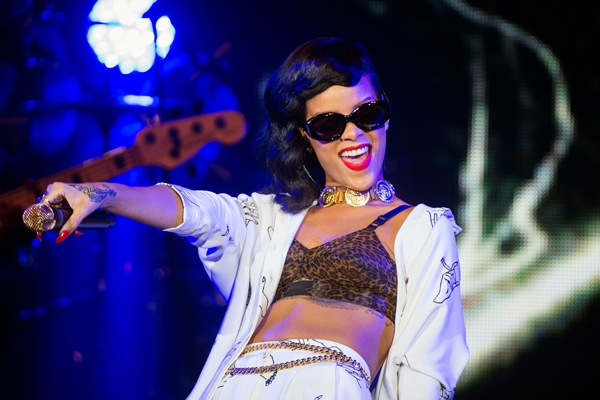 Rihanna Tells Band To Stop In The Middle of Performance