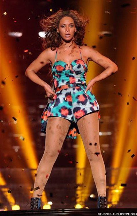 Beyonce-Performs-Grown-Woman-in-Paris-Wearing-Kenzo-Spring-2013
